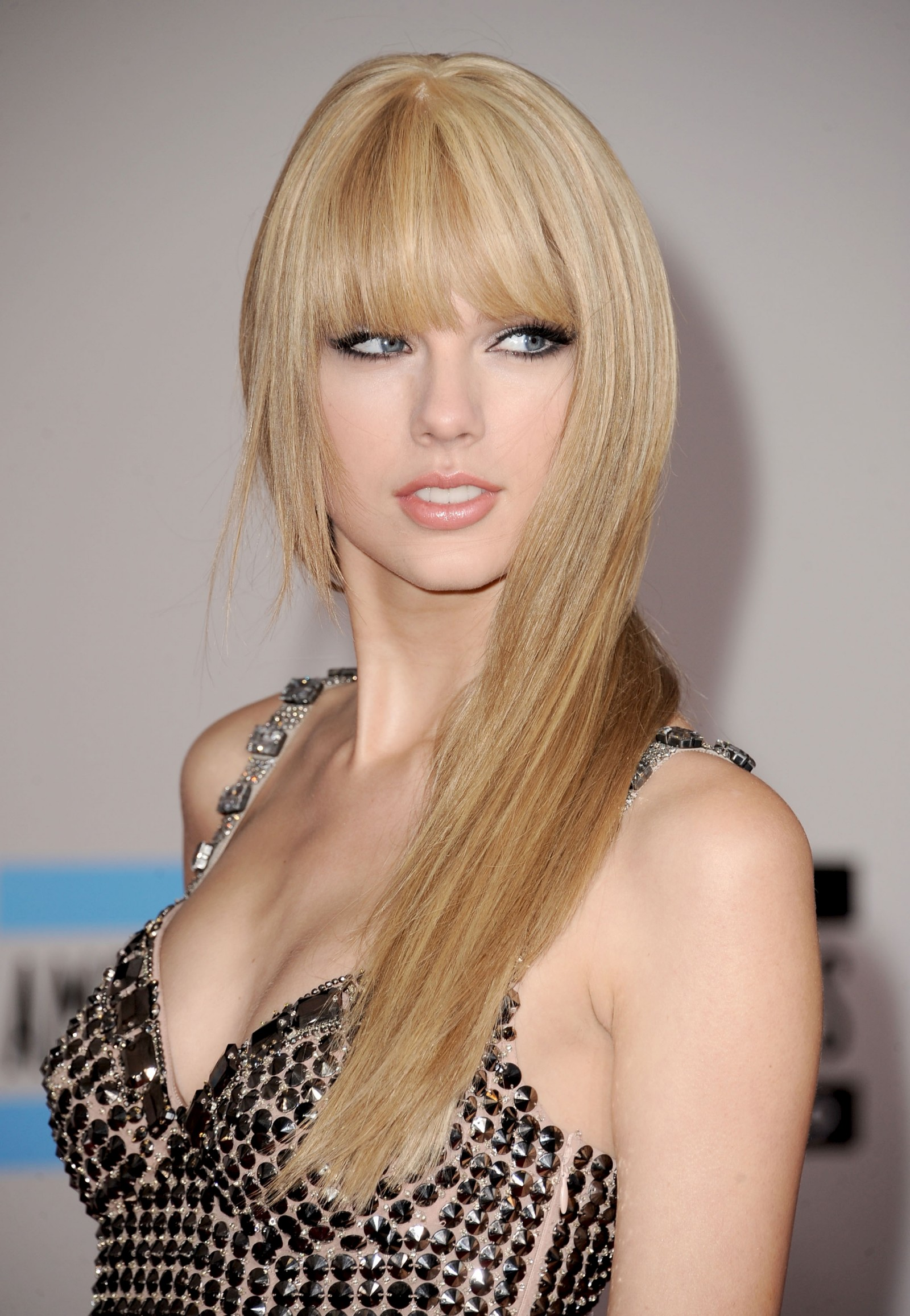 Taylor Swift – 2010 American Music Awards 6. Share this: Facebook
